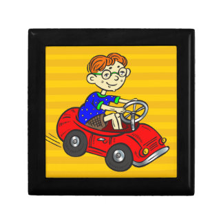 Muchacho que conduce el coche del juguete caja de joyas
