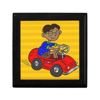 Muchacho que conduce el coche del juguete cajas de recuerdo