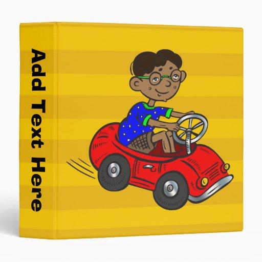 """Muchacho que conduce el coche del juguete carpeta 1 1/2"""""""