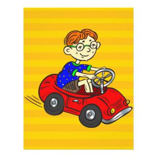 """Muchacho que conduce el coche del juguete folleto 8.5"""" x 11"""""""