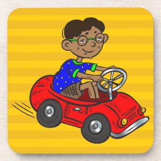 Muchacho que conduce el coche del juguete posavaso