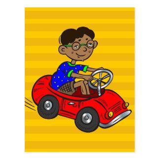 Muchacho que conduce el coche del juguete postal