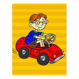 Muchacho que conduce el coche del juguete postales