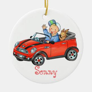 Muchacho que conduce el ornamento rojo del coche adorno navideño redondo de cerámica