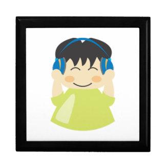 Muchacho que escucha los auriculares cajas de recuerdo