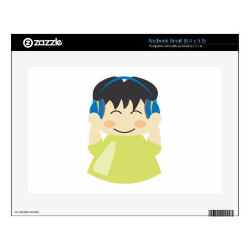 Muchacho que escucha los auriculares netbook calcomanía