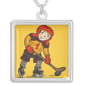 Muchacho que juega a hockey colgante cuadrado
