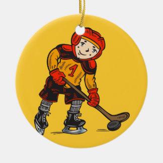 Muchacho que juega a hockey adorno redondo de cerámica