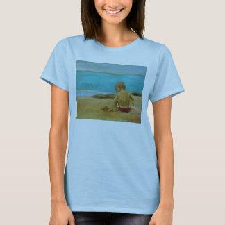 Muchacho que juega en camiseta de la playa