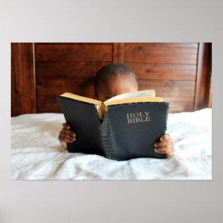 Muchacho que lee la Sagrada Biblia Póster