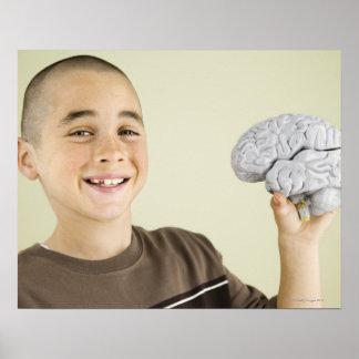 Muchacho que lleva a cabo el modelo del cerebro hu póster