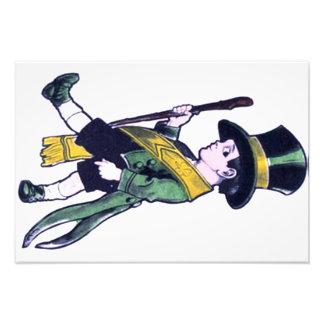 Muchacho que lleva el trébol verde del Shillelagh Fotografías