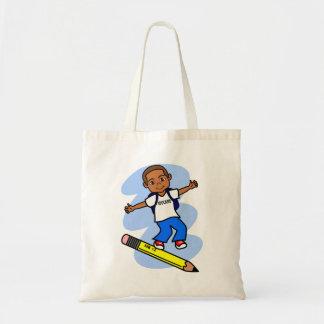Muchacho que practica surf en la bolsa de asas del