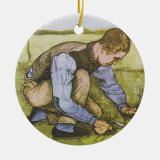 Muchacho que se agacha con la hoz adorno navideño redondo de cerámica