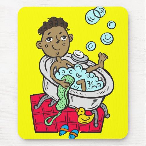Muchacho que toma el baño tapetes de raton