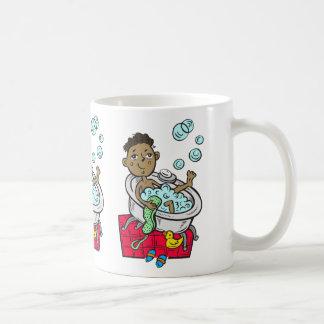 Muchacho que toma el baño tazas de café