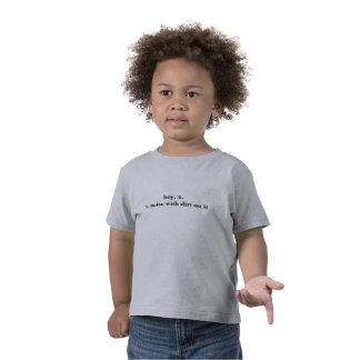 Muchacho, ruido con suciedad en ella camiseta