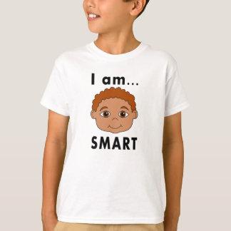 Muchacho sonriente de la camiseta soy ELEGANTE