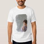 Muchacho Teenaged delante de la pizarra con Camisas