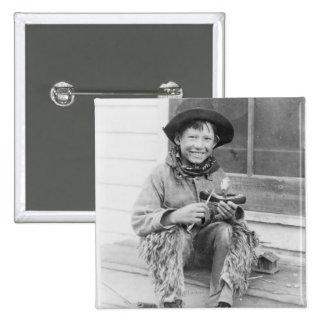 Muchacho vestido como vaquero con los juguetes pin cuadrado
