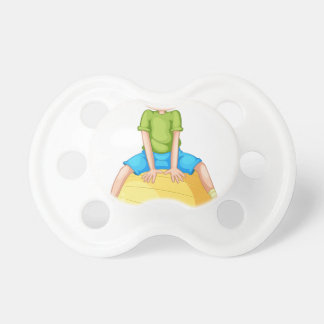 Muchacho y bola chupetes para bebés