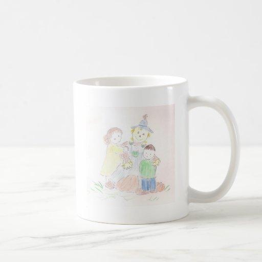 Muchacho y chica con el espantapájaros taza de café