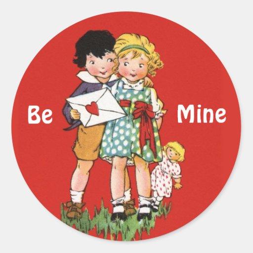 Muchacho y chica con la tarjeta del día de San Pegatina Redonda