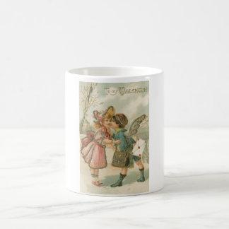 Muchacho y chica del Cupid en tarjeta del día de Taza Clásica