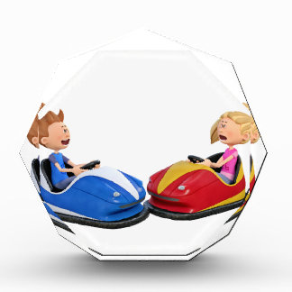 Muchacho y chica del dibujo animado en coches de