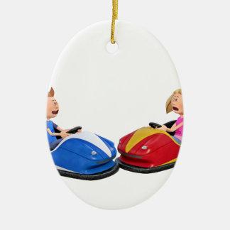 Muchacho y chica del dibujo animado en coches de adorno navideño ovalado de cerámica