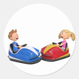 Muchacho y chica del dibujo animado en coches de pegatina redonda