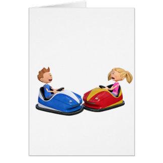Muchacho y chica del dibujo animado en coches de tarjeta de felicitación