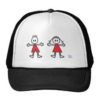 Muchacho y chica en rojo gorras