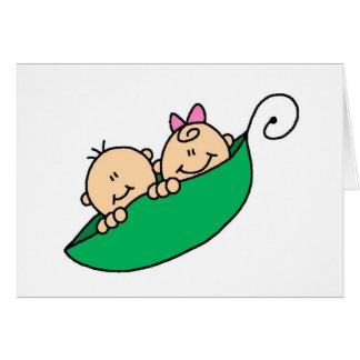 Muchacho y chica gemelos en vaina de guisante tarjeta de felicitación