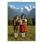 Muchacho y chica suizos tarjeta