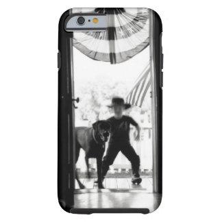 Muchacho y perro jovenes borrosos en el pórtico funda para iPhone 6 tough