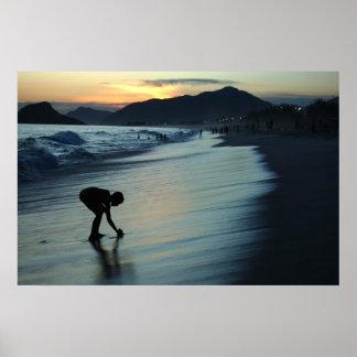 Muchacho y puesta del sol póster