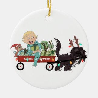 Muchacho y su ornamento del navidad del perro - pe ornamento de navidad