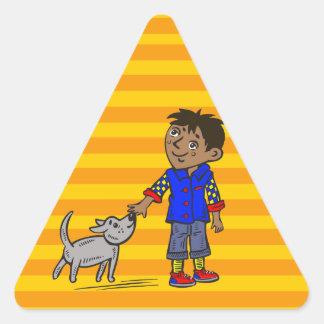 Muchacho y su perro pegatina triangular