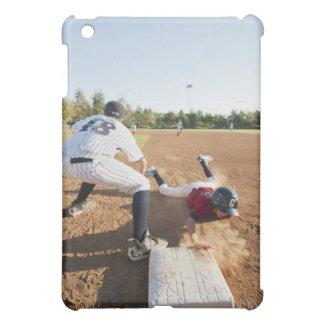 Muchachos (10-11) que juegan a béisbol