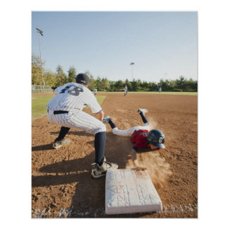 Muchachos (10-11) que juegan a béisbol posters