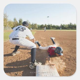 Muchachos 10-11 que juegan a béisbol calcomanías cuadradas personalizadas