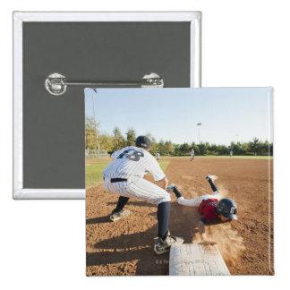 Muchachos (10-11) que juegan a béisbol pin cuadrado