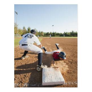 Muchachos (10-11) que juegan a béisbol tarjeta postal