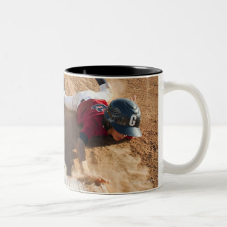 Muchachos (10-11) que juegan a béisbol taza de café