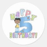 Muchachos 5to cumpleaños feliz, afroamericano etiqueta redonda