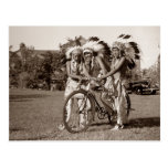 Muchachos del nativo americano con la bicicleta tarjeta postal