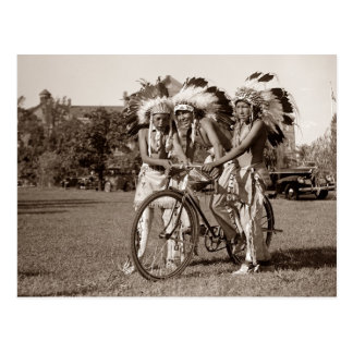 Muchachos del nativo americano con la bicicleta postal
