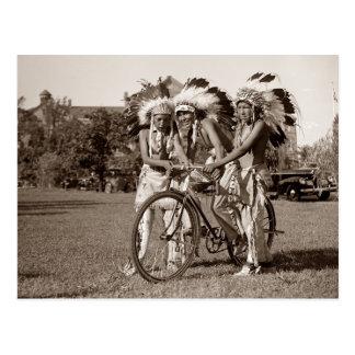 Muchachos del nativo americano con la bicicleta tarjetas postales