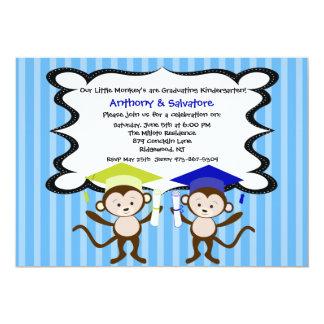Muchachos gemelos Monkeying alrededor la Invitación Personalizada